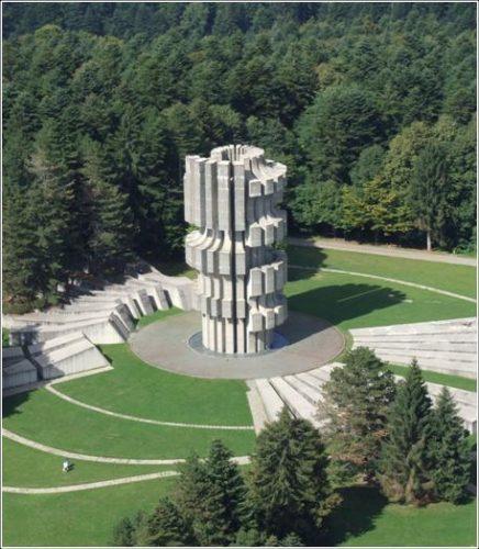 Monument aux victimes de Mrakovica à Kozara en Bosnie