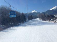 Les touristes aiment le ski en Bulgarie